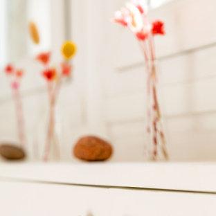 Kleiner Shabby-Look Eingang mit Foyer, weißer Wandfarbe, hellem Holzboden, Einzeltür, weißer Tür und braunem Boden in Paris