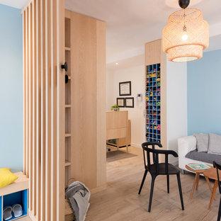 На фото: фойе среднего размера в скандинавском стиле с синими стенами, полом из фанеры, одностворчатой входной дверью, стеклянной входной дверью и бежевым полом