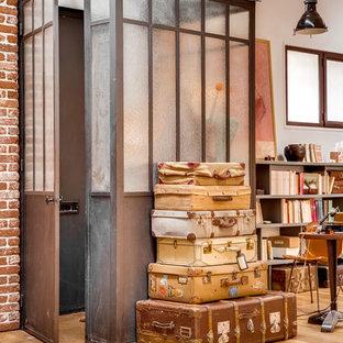 Foto de vestíbulo urbano, de tamaño medio, con puerta simple, puerta metalizada, suelo beige y suelo de madera clara