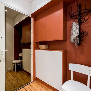 Modelo de distribuidor urbano, de tamaño medio, con paredes rojas, suelo de madera clara y puerta simple