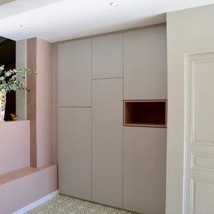 Immagine di un ingresso o corridoio contemporaneo di medie dimensioni con pareti rosa, pavimento con piastrelle in ceramica, una porta grigia e pavimento verde