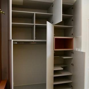 Неиссякаемый источник вдохновения для домашнего уюта: прихожая среднего размера в современном стиле с розовыми стенами, полом из керамической плитки, серой входной дверью и зеленым полом