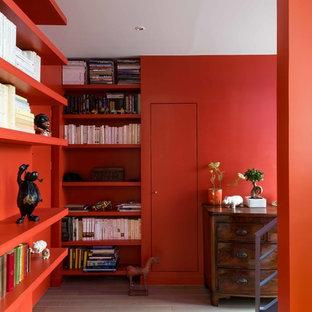 Exemple d'un très grand vestibule tendance avec un mur orange, un sol en bois clair et une porte simple.