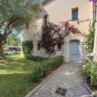 Cette photo montre une porte d'entrée méditerranéenne avec un mur beige, une porte simple et une porte bleue.