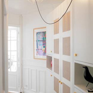 Idées déco pour une entrée contemporaine de taille moyenne avec un couloir, un mur blanc et un sol en bois clair.