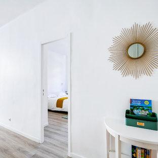 Imagen de hall costero, de tamaño medio, con paredes blancas, suelo vinílico, puerta simple y puerta blanca