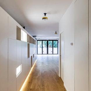 Foto de entrada industrial con suelo de madera clara