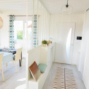 Cette image montre une entrée nordique de taille moyenne avec un couloir, un mur blanc, une porte simple et une porte blanche.
