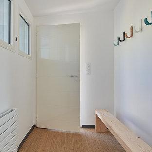 Idéer för att renovera en stor maritim foajé, med vita väggar, korkgolv, en enkeldörr, en vit dörr och beiget golv