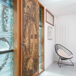 ボルドーの大きいトロピカルスタイルのおしゃれな玄関ドアの写真
