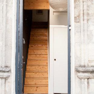Exemple d'un hall d'entrée tendance de taille moyenne avec un mur blanc, un sol en carrelage de céramique, une porte double et une porte bleue.