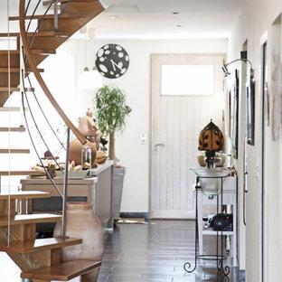 Cette photo montre un hall d'entrée tendance de taille moyenne avec un mur blanc, un sol en carrelage de céramique, une porte simple et une porte blanche.
