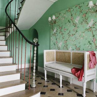 Idées déco pour un grand hall d'entrée classique avec un mur vert.