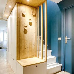 パリの中サイズのコンテンポラリースタイルのおしゃれな玄関ロビー (青い壁、リノリウムの床) の写真
