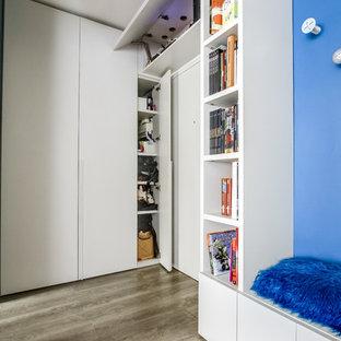 パリの中くらいの回転式ドアコンテンポラリースタイルのおしゃれな玄関ロビー (青い壁、クッションフロア) の写真