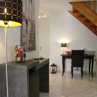 Réalisation d'une petit entrée minimaliste avec un couloir, un mur blanc, un sol en carrelage de céramique, une porte simple et une porte en bois brun.