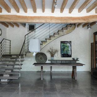 Exemple Du0027un Grand Vestibule éclectique Avec Un Mur Blanc.