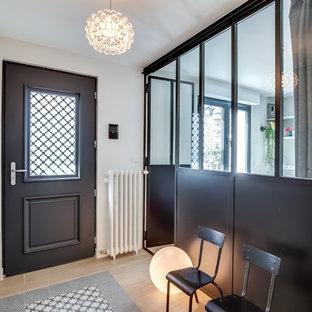 Foto di un ingresso con vestibolo minimal di medie dimensioni con parquet chiaro