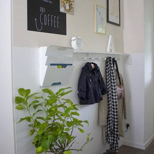 Пример оригинального дизайна: маленькое фойе в скандинавском стиле с розовыми стенами, темным паркетным полом, одностворчатой входной дверью и белой входной дверью