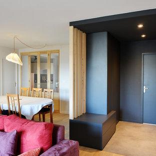 На фото: фойе среднего размера в современном стиле с серыми стенами, полом из линолеума, одностворчатой входной дверью, входной дверью из светлого дерева и серым полом с