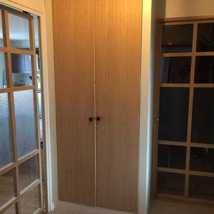 リヨンの小さい片開きドアエクレクティックスタイルのおしゃれな玄関ロビー (白い壁、リノリウムの床、グレーの床) の写真