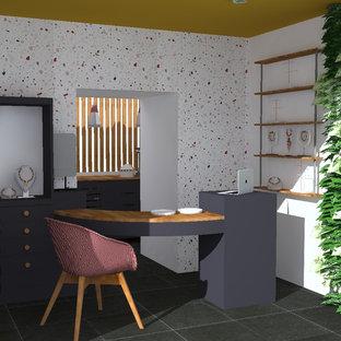 Ejemplo de distribuidor minimalista, de tamaño medio, con paredes blancas y suelo negro