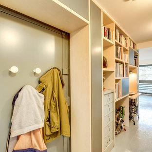 Réalisation d'une petit entrée nordique avec un vestiaire, un mur beige et une porte simple.