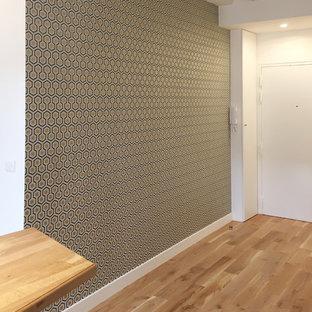 Modelo de distribuidor tradicional renovado, de tamaño medio, con paredes metalizadas, suelo de madera clara y puerta simple