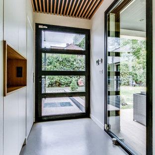 Idéer för stora funkis foajéer, med beige väggar, betonggolv, en enkeldörr och grått golv