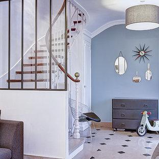 Cette photo montre un hall d'entrée chic de taille moyenne avec un mur bleu.