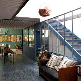 Modelo de hall industrial, de tamaño medio, con paredes verdes, suelo de baldosas de cerámica, puerta simple y suelo multicolor
