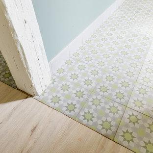 Idéer för en mellanstor medelhavsstil hall, med gröna väggar, klinkergolv i terrakotta, en dubbeldörr, en vit dörr och grönt golv