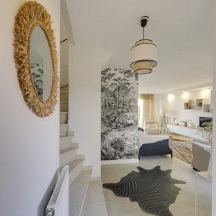 Inredning av en klassisk stor foajé, med vita väggar, klinkergolv i keramik, en enkeldörr, en vit dörr och beiget golv
