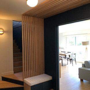 Idéer för små funkis farstur, med blå väggar, ljust trägolv och beiget golv