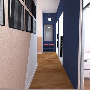 Inspiration för mellanstora moderna hallar, med rosa väggar, ljust trägolv, en enkeldörr och en vit dörr