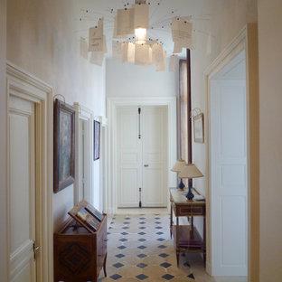 Aménagement d'une entrée contemporaine de taille moyenne avec un couloir et un mur blanc.
