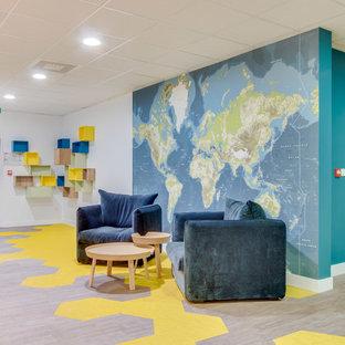 Bild på en stor funkis foajé, med blå väggar, vinylgolv, en dubbeldörr, ljus trädörr och gult golv