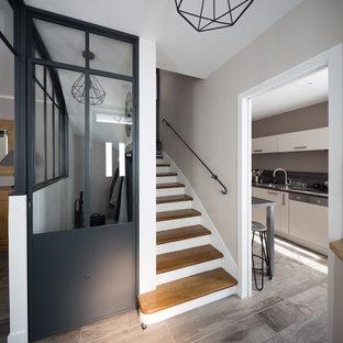 На фото: фойе среднего размера в стиле шебби-шик с серыми стенами, полом из керамической плитки, одностворчатой входной дверью, черной входной дверью и серым полом
