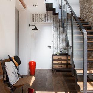 Idées déco pour un hall d'entrée éclectique de taille moyenne avec un mur blanc et un sol en bois brun.