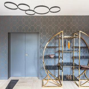 Inspiration pour un grand hall d'entrée design avec un mur beige, un sol en carrelage de céramique, une porte double, une porte noire et un sol beige.