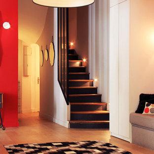 パリの中サイズのコンテンポラリースタイルのおしゃれな玄関ロビー (赤い壁、淡色無垢フローリング) の写真