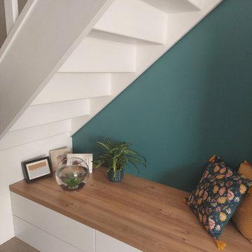 Un aménagement fonctionnel sous l'escalier d'une entrée