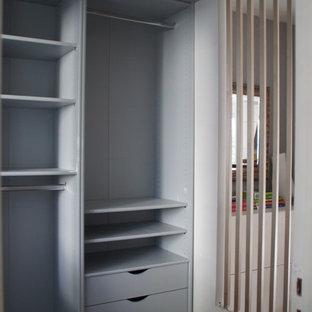 Свежая идея для дизайна: тамбур среднего размера в стиле модернизм с белыми стенами, ковровым покрытием и бежевым полом - отличное фото интерьера