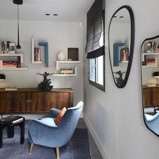 Inspiration för en stor funkis foajé, med grå väggar, betonggolv, en enkeldörr, en grå dörr och grått golv