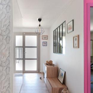 Exemple d'une entrée tendance de taille moyenne avec un mur blanc, un sol en bois clair, un couloir, une porte simple, une porte blanche et un sol beige.