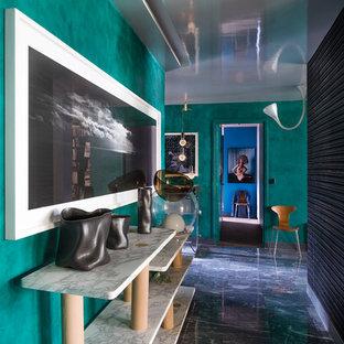 Réalisation d'une entrée bohème de taille moyenne avec un couloir, un mur vert et un sol en marbre.