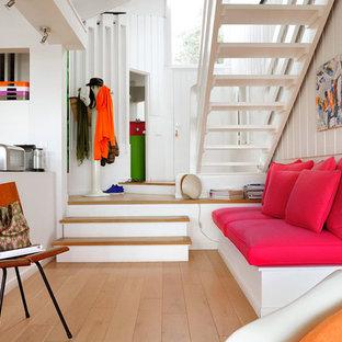 Idées déco pour un hall d'entrée contemporain de taille moyenne avec un mur blanc, un sol en bois clair, une porte simple et une porte blanche.