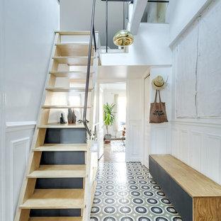 Aménagement d'un hall d'entrée contemporain de taille moyenne avec un mur blanc et un sol en carrelage de céramique.