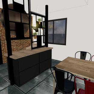Ispirazione per un ampio ingresso industriale con pareti bianche, una porta singola, una porta nera e pareti in mattoni