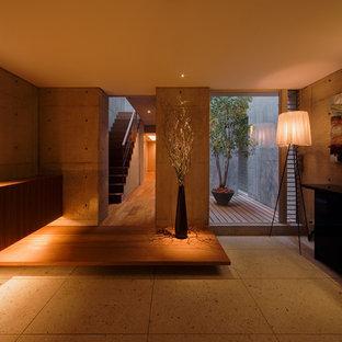 Esempio di un ingresso con vestibolo minimal con pareti grigie e pavimento in travertino